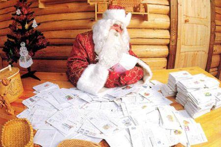 Dedek Mraz pregleduje pisma, želje...